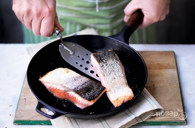 2. На оливковом масле обжарьте филе лосося на среднем огне 3 минуты, а после на медленном — 5 минут.