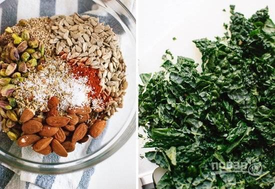 1. В глубокой мисочке соедините ингредиенты для гранолы — овсяные хлопья, орехи, оливковое масло, яйцо, мед, соль и перец, семечки. Кале вымойте и обсушите.