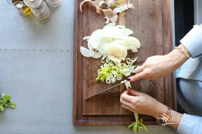 2. Овощи очистите и измельчите.