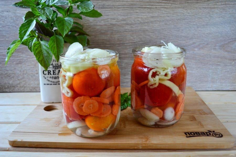 Вскипятите воду и залейте помидоры. Оставьте так до полного остывания. Затем слейте, снова вскипятите и снова залейте помидоры, оставьте до остывания.
