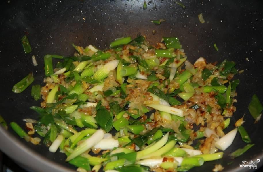 Перекладываем свинину на тарелку. Разогреваем немного растительного масла, обжариваем измельченный чеснок и имбирь, через 2 минуты добавляем уксус, сахар, измельченный зеленый лук, воду и томатную пасту. Готовим 4 минуты, помешивая. Возвращаем на сковороду свинину, перемешиваем и жарим еще 2 минуты.