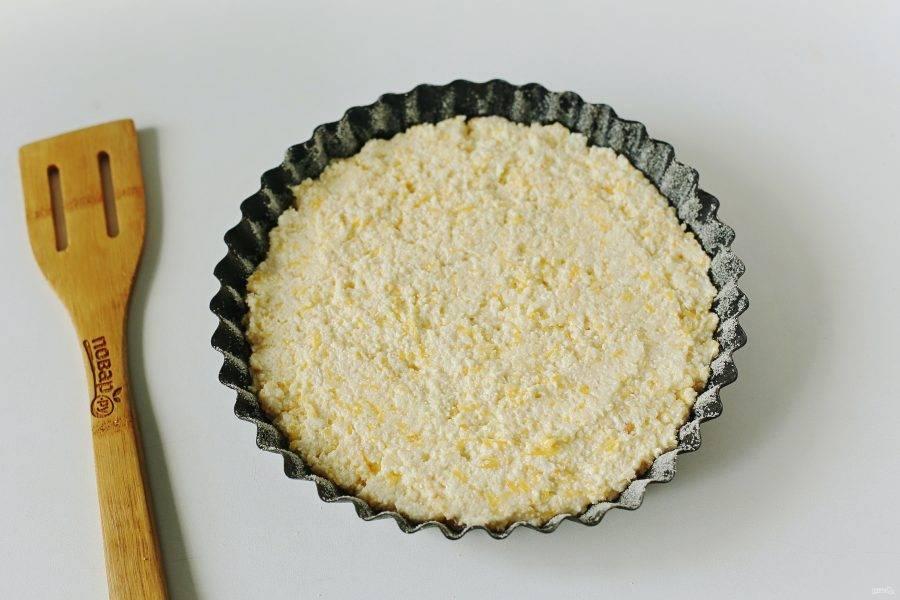 Выпекайте пирог в духовке при температуре 180 градусов около 40 минут.