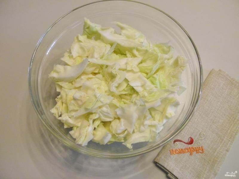 Порежьте капусту крупными кусочками или квадратиками.