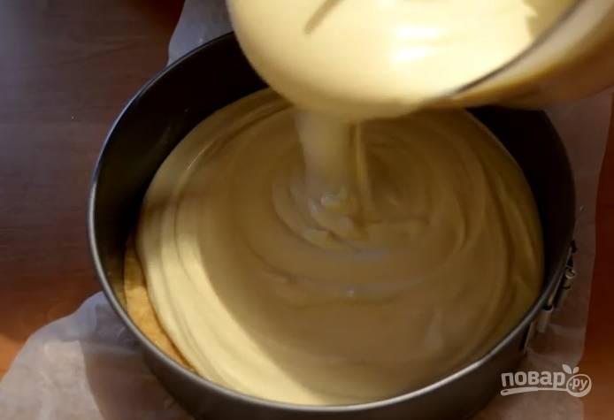 5. Выложите творожную массу в форму, разровняйте и выпекайте в духовке, разогретой до 200 градусов, на протяжение 30 минут. Затем убавьте температуру до 170 градусов и выпекайте еще 30-40 минут.