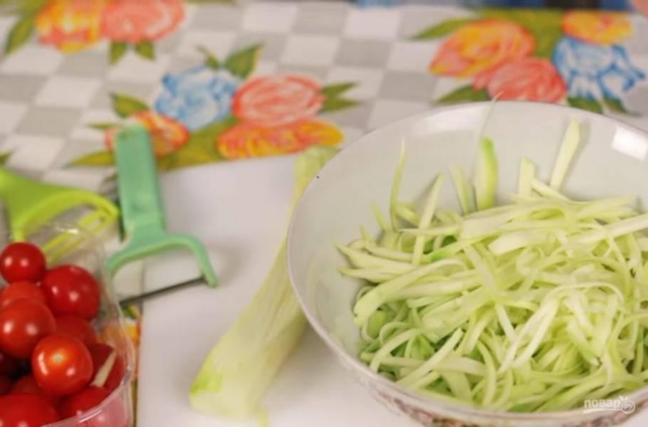 2. Очистите кабачок от кожуры и с помощью овощечистки нарежьте его на тонкие длинные полоски. Затем эти полоски разрежьте ножом на полоски, похожие на спагетти.