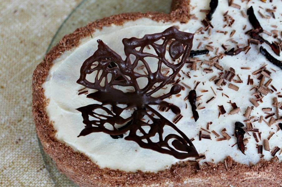 Для оформления подойдут шоколадные рисунки, которые наносим на кальку тонкой струйкой растопленного шоколада и отправляем в морозилку на 20 минут. У нас будет шоколадная бабочка. Чтобы крылья бабочки были приподняты вверх, кладем пергамент с шоколадным рисунком в полуоткрытый блокнот и в таком виде отправляем в морозилку.