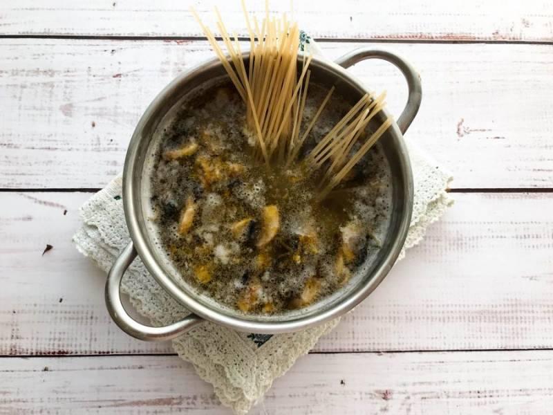 Добавьте спагетти и варите еще 10 минут.