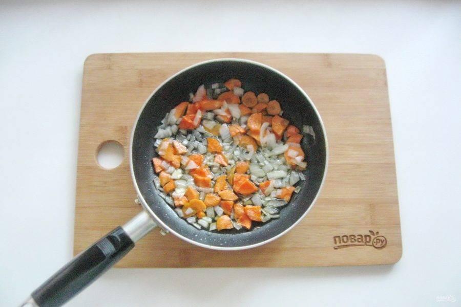 Налейте подсолнечное масло и пассеруйте овощи в течение 7-8 минут на небольшом огне.