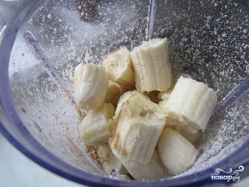 2. Туда же выложите, поломав на кусочки, бананы. Все измельчите, чтобы масса стала однородной.