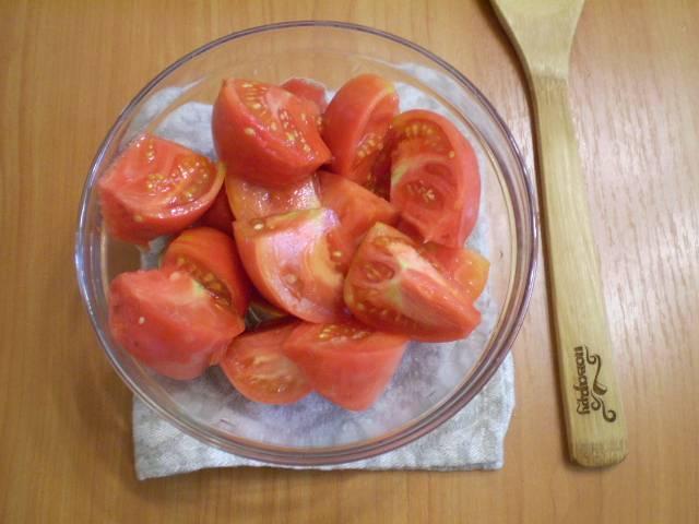 Моем помидоры, затем нарезаем их удобными (для горлышка мясорубки) кусочками.