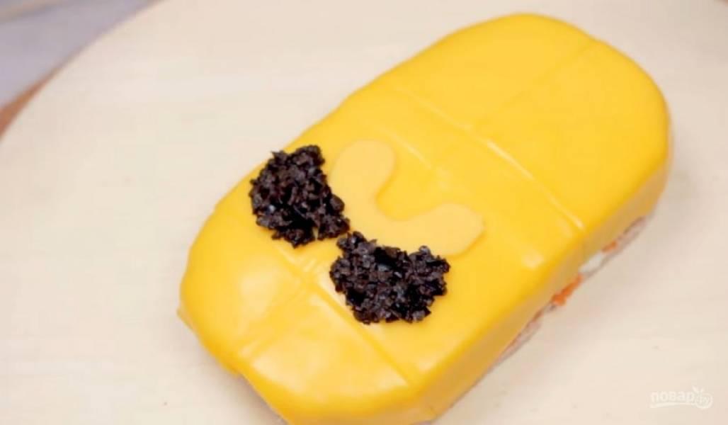 6. Нарисуйте трафарет лица героя и аккуратно вырежьте детали из желтого плавленого сыра: рот и нос. Мелко нарезанные маслины используйте, чтобы аккуратно сформировать глаза Джейка.