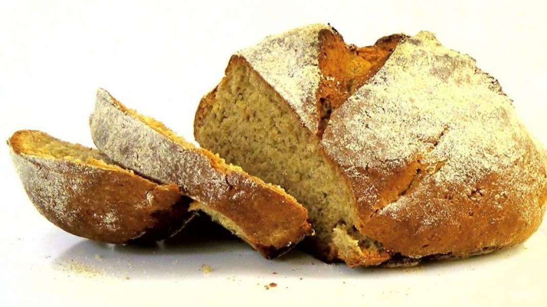 3. Посыпьте хлеб ржаной мукой и сделайте сверху крестообразный надрез. Выпекайте в разогретой до 210 градусов духовке 40-45 минут. Полностью остудите хлеб. Приятного аппетита!