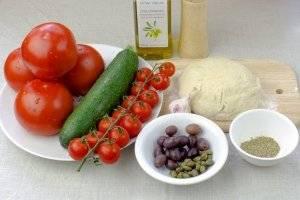 Для постной пиццы возьмите: тесто для пиццы, помидоры черри, маслины, каперсы, небольшой цукини. Для соуса: 4 крупных помидора, чеснок, специи, оливковое масло, соль.