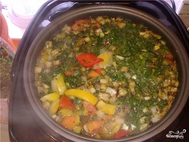 Затем добавляем в шурпу болгарский перец, помидорчики, лук и баклажаны, чеснок, добавляем специи по вкусу и готовим ещё 20 минут. Открываем мультиварку, посыпаем шурпу зеленью. Готово!