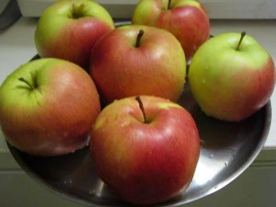 1. Яблоки тщательно промойте под проточной водой.