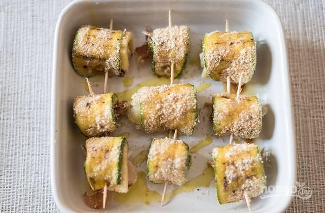 3.Заверните рулетики, скрепив каждый деревянной зубочисткой, выложите в форму для запекания, поперчите и сбрызните оливковым маслом.