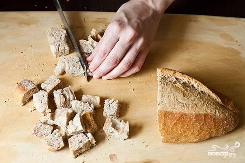 Нарезаем мякоть хлеба кубиками.