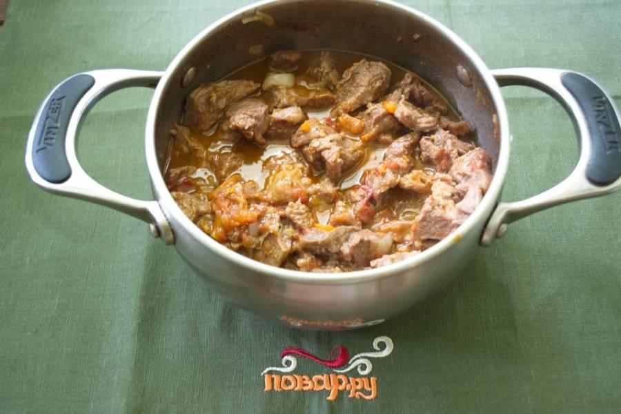 К мясу добавить нарезанный (предварительно распаренный) чернослив. Тушить все вместе до готовности.