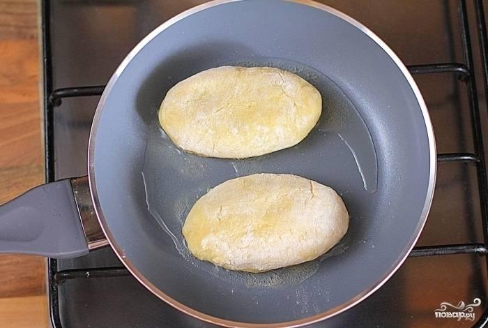 4.Пирожки обваляйте в муке и обжарьте на разогретой сковороде с маслом (сначала с одной стороны) до золотистой корочки.
