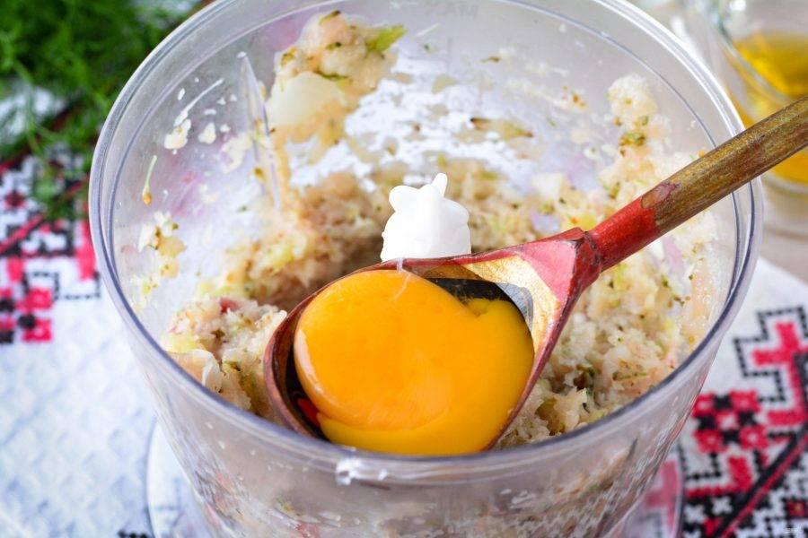 Добавьте немного соли и перца, вбейте яйцо и еще раз прокрутите фарш в блендере.