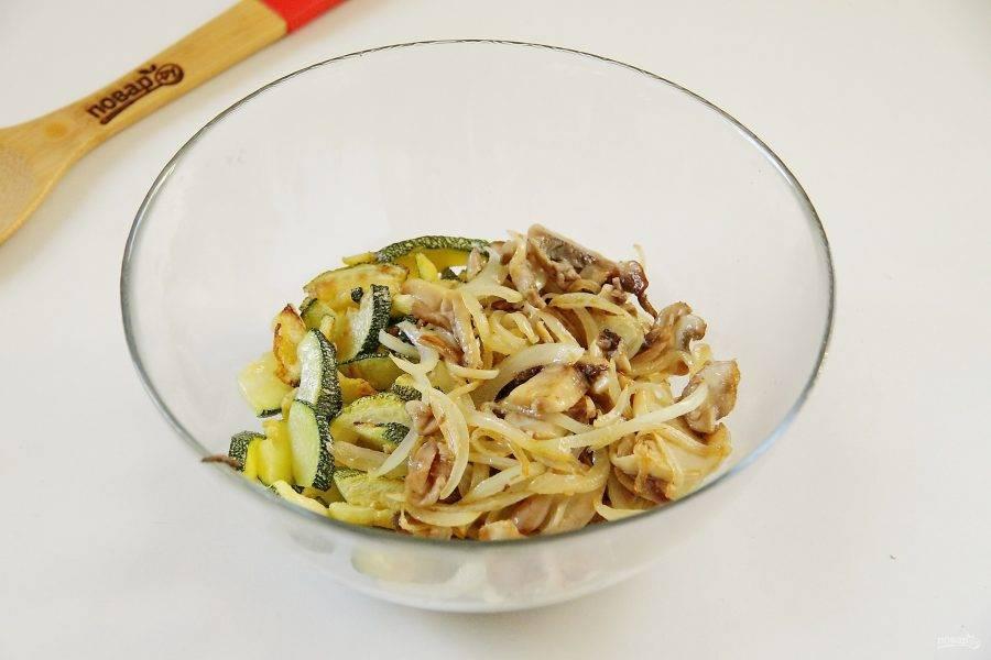Соедините в салатнике кабачки и шампиньоны с луком.