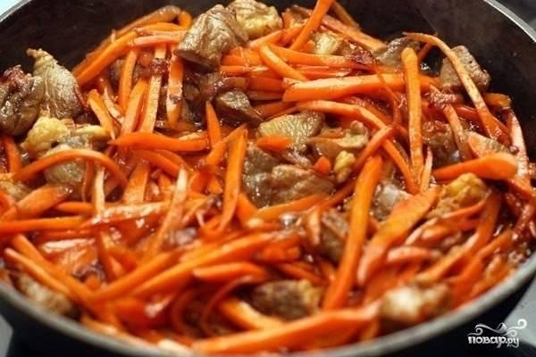 Теперь выкладываем морковь и жарим все вместе примерно 5-7 минут, пока морковь не станет мягкая.