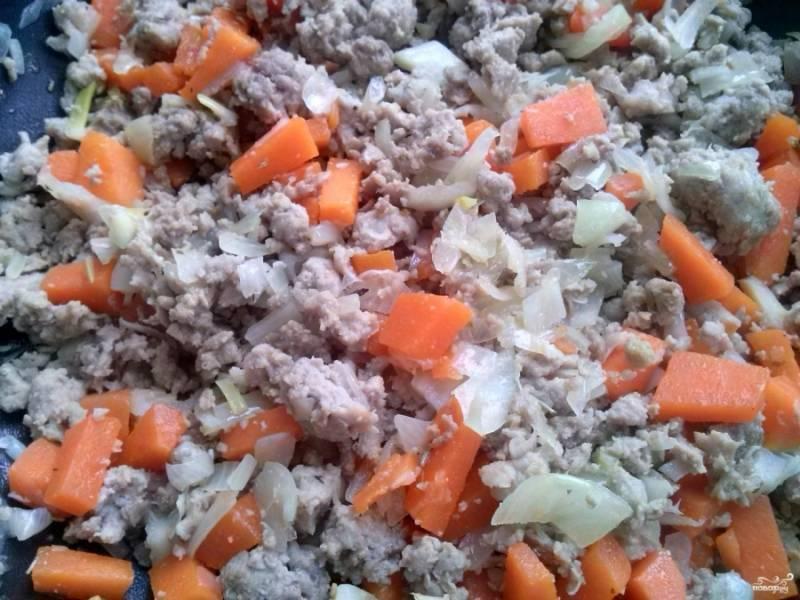Очистите и мелко порежьте тыкву, добавьте её к фаршу. Добавьте измельченный чеснок и сухие специи. Если используете свежие розмарин и тимьян, то лучше добавить их за 10 минут до готовности подливы.