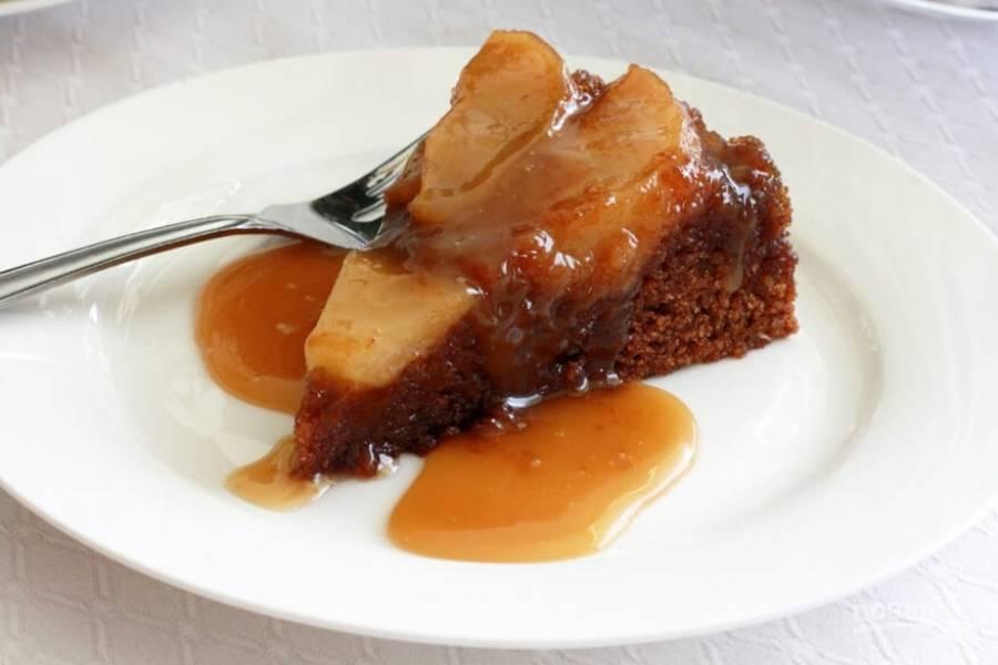 16.Нарежьте пирог кусочками и полейте оставшимся соусом.