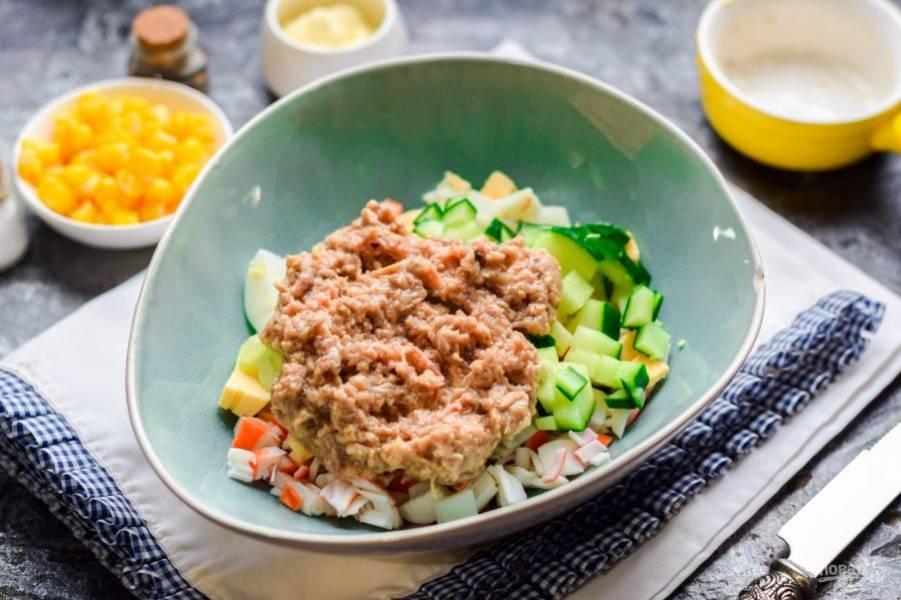 Переложите в салат консервированный тунец.