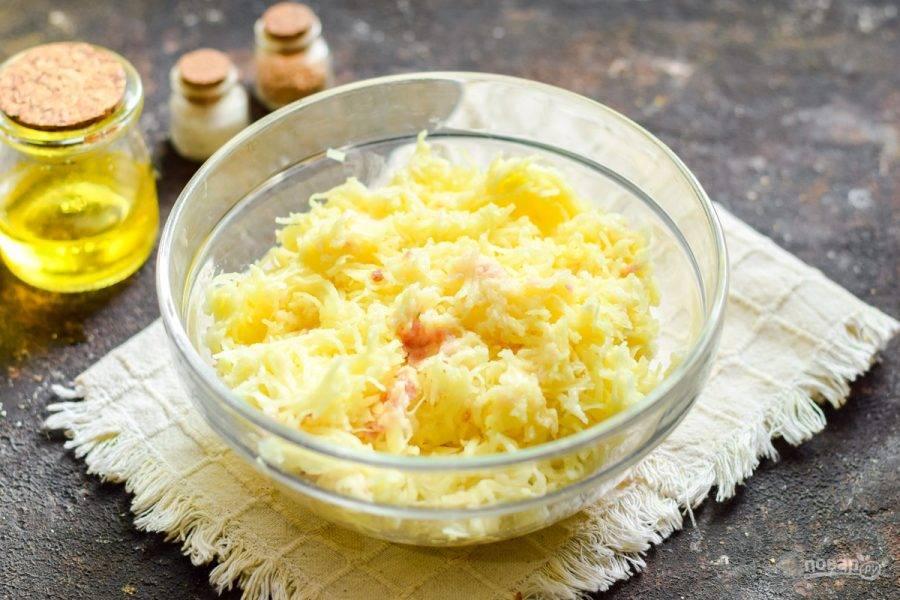 """При помощи комбайна измельчите все ингредиенты с насадкой """"мелкая терка"""". Если комбайна нет, картофель натрите на мелкой терке, лук и сало пропустите на мясорубке. Соедините ингредиенты."""