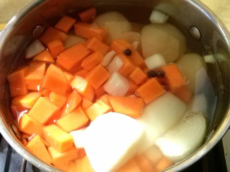 1. Все овощи нужно очистить и порезать на крупного размера кусочки. Залейте бульоном и варите до готовности овощей, на это уйдёт в районе 25 минут.