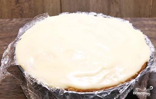 14. Накройте сверху вторым коржом. Пропитайте его сиропом. Выложите остатки крема.