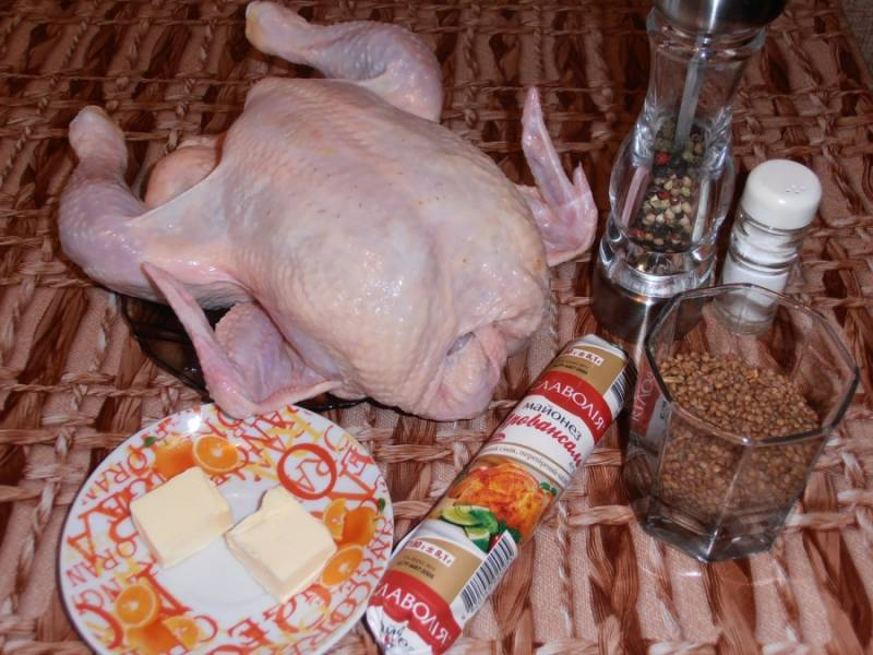 1. Подготовим ингредиенты. Курицу разморозим, а гречку - промоем.