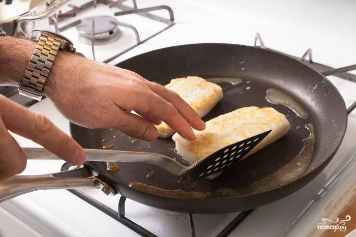 Поставьте кастрюльку с водой для вермишели на огонь.  Пока вода закипает, рыбу обсушите и обваляйте в крахмале.  Обжарьте ее на разогретой сковороде в небольшом количестве масла с одной стороны сначала (4 минуты), потом с другой - 1 минуту.  Треску обжаренную пока отложите.
