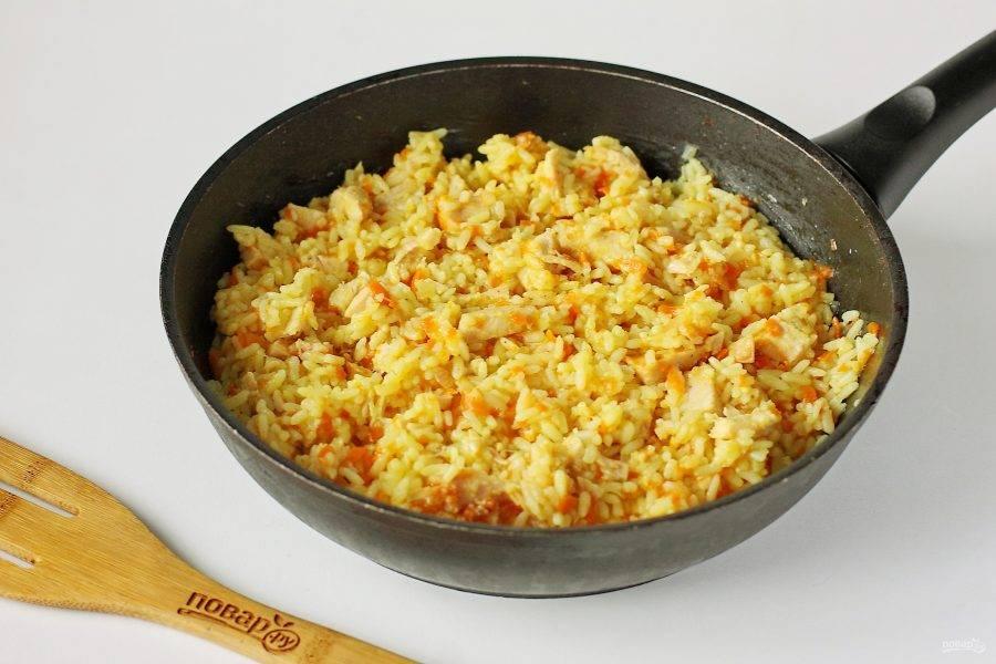 Рис с копченой курицей готов.