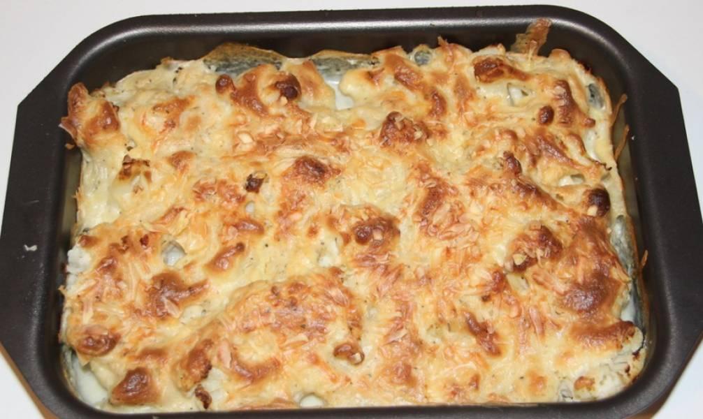 Посыпаем тертым сыром. Отправляем блюдо в духовку. Запекаем 20 минут при температуре 190 градусов.