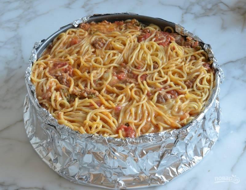 9. Далее все ингредиенты перемешайте. Выложите их в круглую форму для выпечки.