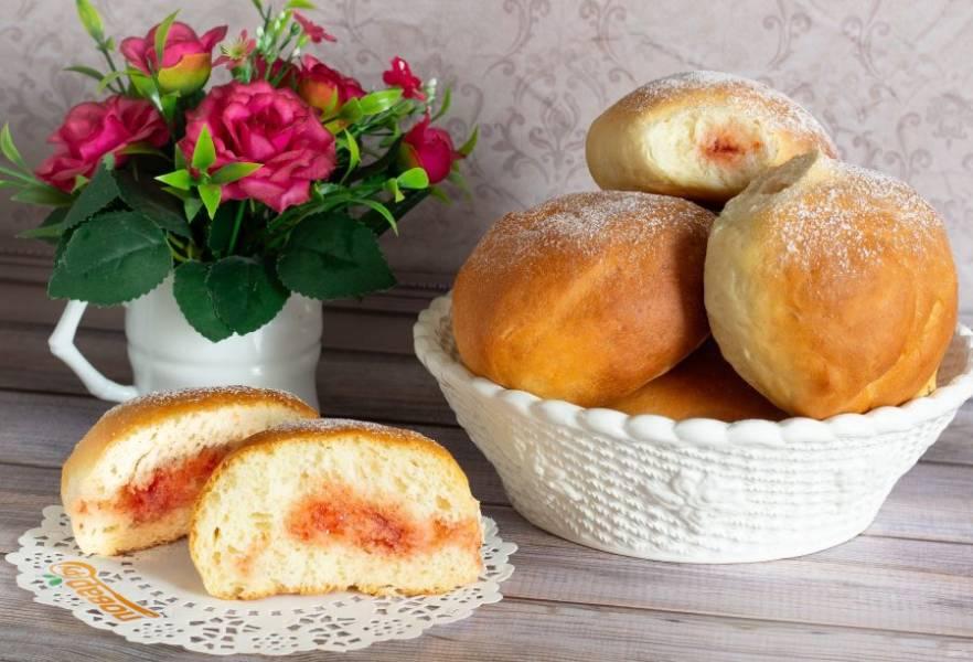 """Наши пончики """"Суфганиет"""" готовы. Охлажденные пончики храните в закрытой посуде или в закрытом пакете. Посыпьте сахарной пудрой и подавайте к столу."""