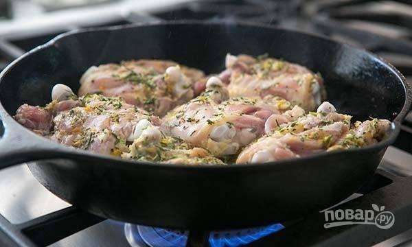 3.Разогрейте сковороду с оставшимся оливковым маслом и выложите бедра кожей вниз, обжарьте до золотистой корочки.