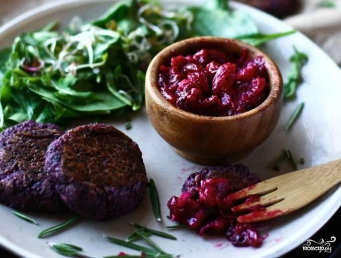 Готовые свекольные котлеты в мультиварке подавать можете с овощным соусом, зеленью, овощами или легким гарниром. Приятного аппетита!
