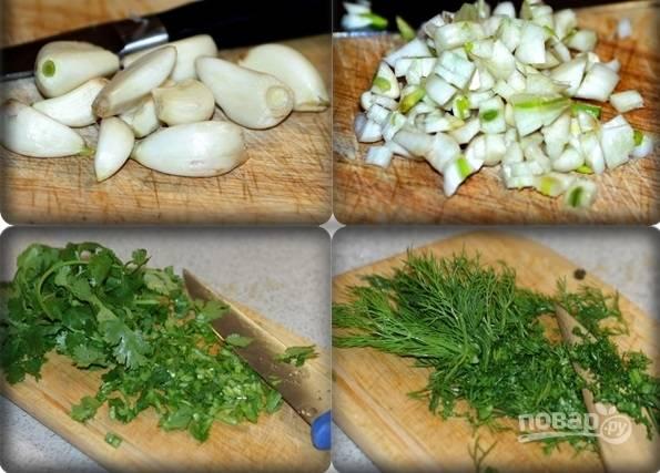 3. Очистите чеснок, измельчите его. Вымойте, обсушите и мелко нарежьте свежую зелень.