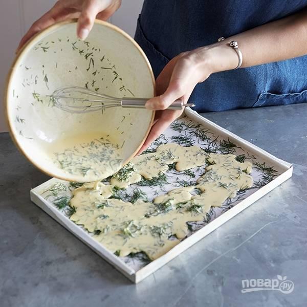 4.Вылейте подготовленную яичную смесь поверх укропа, распределите по всей поверхности.