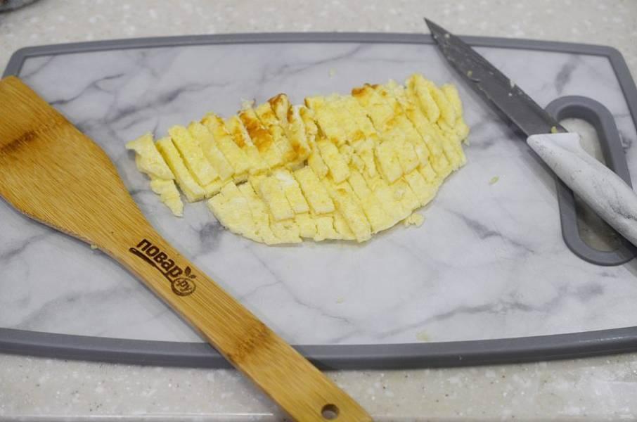 3. Нарежьте блинчики тонкой соломкой.