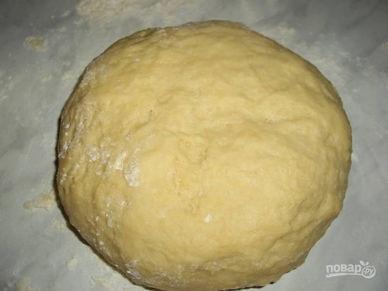 После этого аккуратно вливайте молоко, замешивая тесто. Оставьте его в тёплом месте на 1 час.