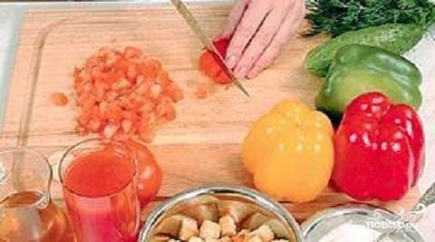 3.Помидоры вымыть и обсушить. Нарезать их мелкими кубиками. Овощи нужно нарезать одинаковыми по размеру кубиками.