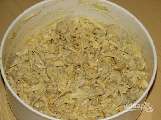 Теперь добавим острый перец и соль по вкусу. Заправим смесью майонеза со сливками. Перемешиваем и даем салату постоять минут 40-60 в холодильнике.