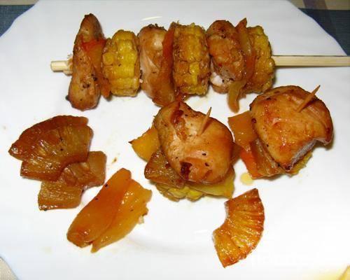 5.Удаляем кожуру-пленку с запеченного перца. На палочки для суши нанизываем: кукурузу, сладкий перец, курицу и ананас. Ананас можно подать в виде гарнира.