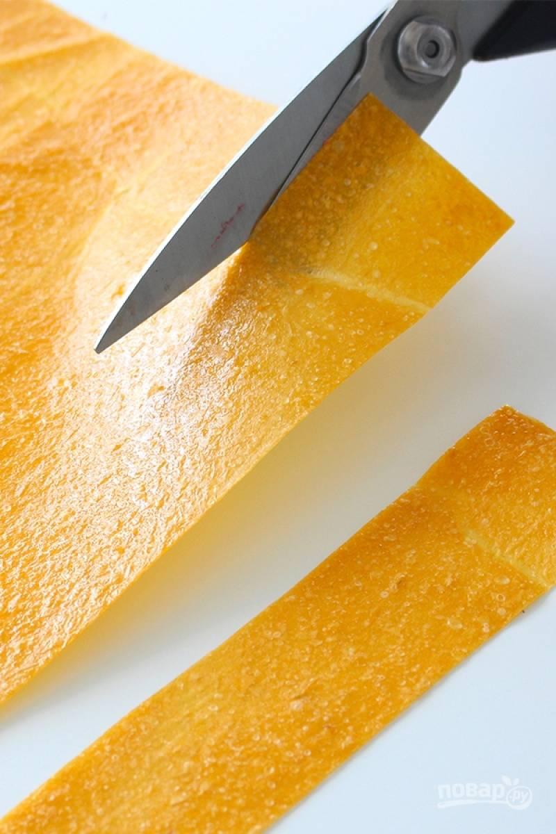 Когда пастила подсохнет, достаньте ее из духовки разрежьте на полоски и скрутите в трубочки.