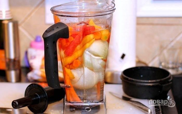 5.В чашу блендера выложите морковь, луковицу, свеклу и влейте немного воды, хорошенько все измельчите.