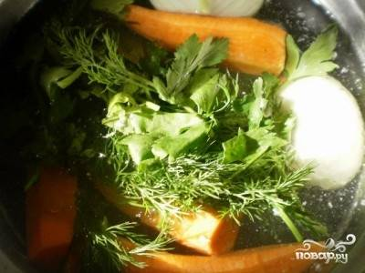 Ставим кастрюлю с водой ( примерно 2 литра) на плиту и закладываем в нее рыбу, 1 морковку, разрезанную на несколько частей, луковицу и часть зелени.